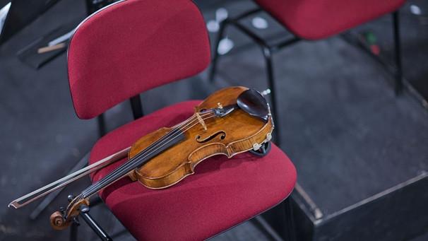 Geige liegt auf Stuhl | Bild: picture alliance / ZB | Jens Büttner