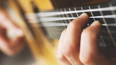 Finger an einer Gitarre (Symbolbild)   Bild: picture alliance imageBROKER