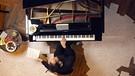 Blick von oben auf Igor Levit, der am Flügel sitzt und Vexations von Erik Satie spielt | Bild: Boris Fromageot