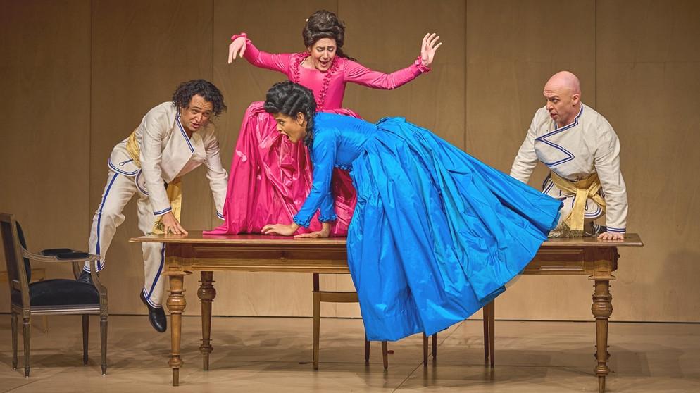 Szene aus der Aufführung von Così fan tutte im Luzerner Theater | Bildquelle: ®IngoHoehn