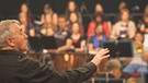 Howard Arman dirigiert das Mitsingkonzert der cOHRwürmer | Bild: © Fabian Fleckenstein