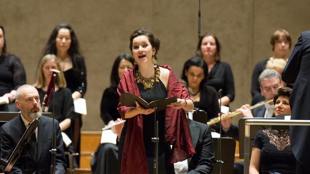 Dirigent Herbert Blomsted beim Konzert der Johannes-Passion von Bach mit dem Symphonieorchester des Bayerischen Rundfunks   Bildquelle: © Peter Meisel