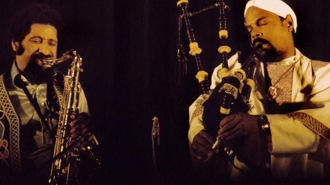 Tenorsaxophonist Sonny Rollins im Jahr 1974 auf Tournee mit Saxophonist und Dudelsackspieler Rufus Harley. | Bildquelle: picture-alliance/dpa