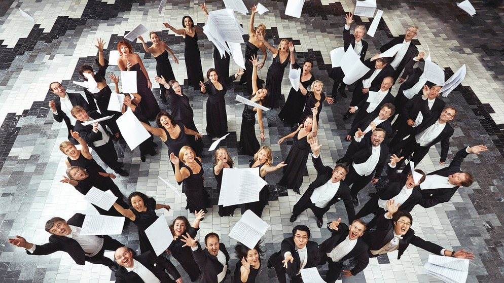 Mitglieder des BR-Chors werfen Notenblätter in die Luft | Bildquelle: BR/Johannes Rodach