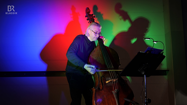"""""""Miniatur für Kontrabass"""" von Luis Mann, gespielt von Frank Reinecke (Kontrabass)   Bild: Astrid Ackermann / BR"""