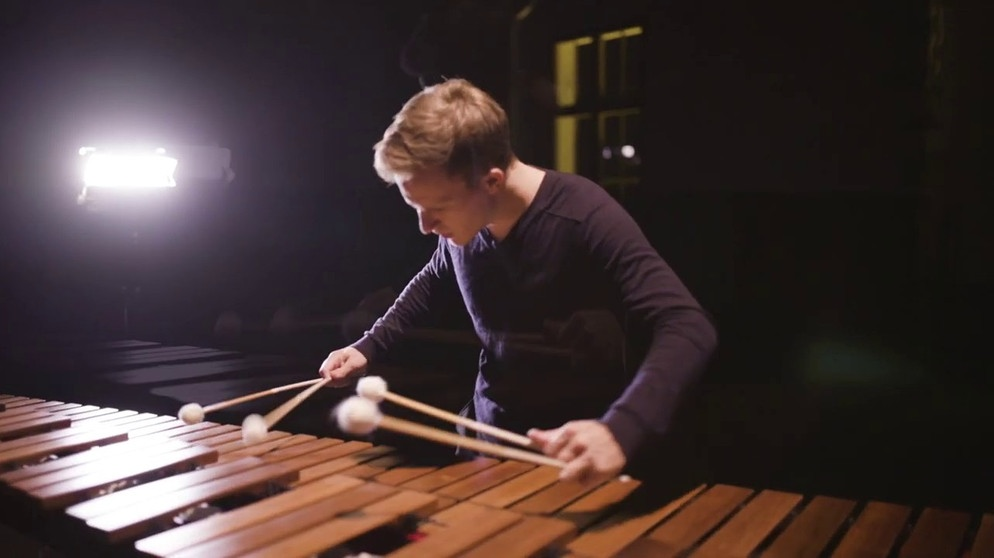 Opening (Glassworks) by Philip Glass, performed by Christoph Sietzen (Excerpt) | Bildquelle: Christoph Sietzen - Percussion (via YouTube)